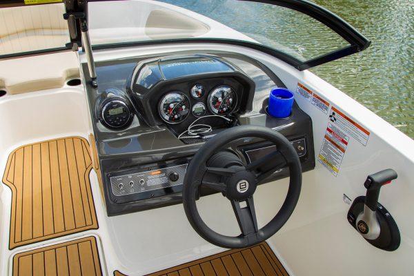 BAYLINER VR5 BOWRIDER DRIVING AREA